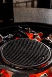 Heißer leerer Holzkohle BBQ-Grill mit hellen Flammen auf Cookout Konzept lizenzfreies stockfoto