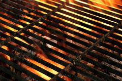 Heißer leerer lodernder BBQ-Grill-Hintergrund Lizenzfreie Stockfotos