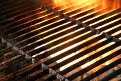 Heißer leerer lodernder BBQ-Grill-Hintergrund Stockfoto