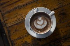 Heißer Milchkaffee mit Lattekunst Lizenzfreies Stockfoto