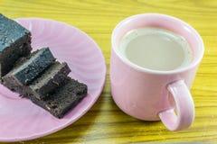 Heißer Milchkakao und Schokoladenkuchen Stockfoto