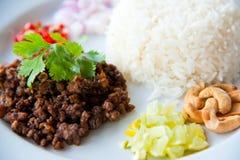 Heißer Reis mit gesalzener Olive, grünen Kräutern und Muttern Lizenzfreies Stockbild