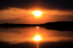 Heißer Sonnenuntergang über Wasser Lizenzfreies Stockfoto