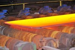 Heißer Stahl auf Förderanlage Stockfotografie