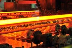 Heißer Stahl auf Förderanlage Stockfotos