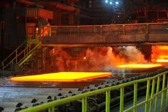 Heißer Stahl auf Förderanlage Lizenzfreie Stockfotos