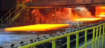 Heißer Stahl auf Förderanlage lizenzfreies stockfoto