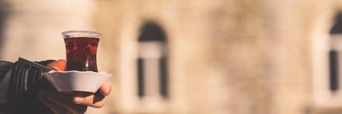 Heißer türkischer Tee draußen mit einer Moschee am Hintergrund Turkis Lizenzfreie Stockbilder