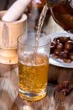 heißer Tee auf alter hölzerner Tabelle Lizenzfreie Stockfotos