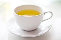 Heißer Tee in den weißen Cup. Lizenzfreie Stockfotos