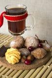 Heißer Tee in einem Glas mit Plätzchen und Schokolade Lizenzfreie Stockfotos