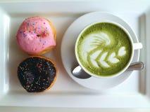 Heißer Tee so köstlich mit Donut auf Weiß Stockbild