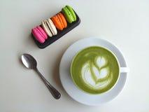 Heißer Tee so köstlich mit Makrone auf Weiß Lizenzfreies Stockbild