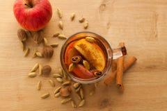 Heißer Tee mit Apfel, Zimt und Kardamom stockbilder