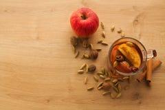 Heißer Tee mit Apfel, Zimt und Kardamom stockfoto