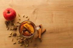Heißer Tee mit Apfel, Zimt und Kardamom lizenzfreies stockfoto