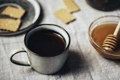 Heißer Tee mit buiscuits Plätzchen und Honig in der Schale über Tischdecke, stockbilder