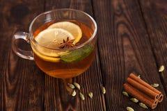 Heißer Tee mit Gewürzen auf einem Holztisch Stockbilder
