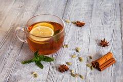 Heißer Tee mit Gewürzen auf einem Holztisch Lizenzfreies Stockfoto