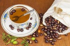 Heißer Tee mit Zitrone und roter Pfeil in der Tabelle Hauptbehandlung für Kälten und Grippe lizenzfreies stockfoto