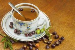 Heißer Tee mit Zitrone und roter Pfeil in der Tabelle Hauptbehandlung für Kälten und Grippe lizenzfreie stockbilder