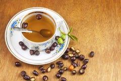 Heißer Tee mit Zitrone und roter Pfeil in der Tabelle Hauptbehandlung für Kälten und Grippe stockfoto