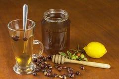 Heißer Tee mit Zitrone und roter Pfeil in der Tabelle Hauptbehandlung für Kälten und Grippe stockbild