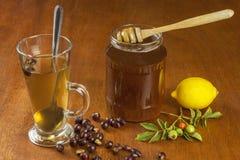 Heißer Tee mit Zitrone und roter Pfeil in der Tabelle Hauptbehandlung für Kälten und Grippe lizenzfreie stockfotos