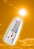 Heißer Thermometer auf orange Himmel Stockfotografie