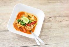 Heißer Tom Yum Noodles auf Weinlese-hölzernem Hintergrund stockfotos