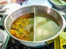 Heißer Topf mit zwei Suppen lizenzfreies stockfoto