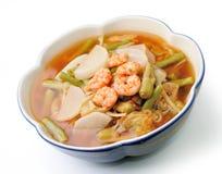 Heißer und saurer Curry mit Tamarindensoße, -garnele und -gemüse Lizenzfreie Stockfotos