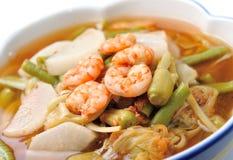 Heißer und saurer Curry mit Tamarindensoße, -garnele und -gemüse Lizenzfreie Stockbilder