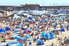 Heißer und sonniger Tag in Lyme Regis Lizenzfreie Stockbilder