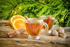 Heißer Wein für Winter und Weihnachten mit köstlicher Orange und Gewürzen Lizenzfreie Stockbilder