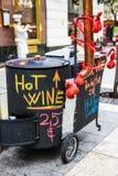 Heißer Weinwarenkorb am Weihnachtsmarkt Lizenzfreie Stockfotos