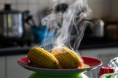 Heißer Zuckermais mit Dampf Lizenzfreies Stockbild