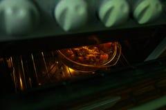 Heißerer Braten im Ofen, Gemüseeintopfgericht wird in einer Glasform im Ofen gebacken lizenzfreie stockfotos