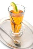 Heißes alkoholisches Getränk mit Gewürz und Frucht mögen Kalk und orange, Wintergetränk lizenzfreie stockfotografie