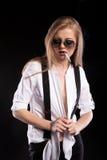 Heißes blondes sexy Modell, das auf schwarzem Hintergrund raucht Stockbild
