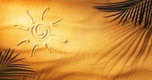 Heißes bräunendes Konzept - Sun gezeichnet auf den Sand lizenzfreies stockbild