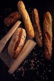 Heißes Brot und Stangenbrote von der Bäckerei lizenzfreie stockfotos