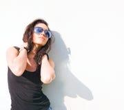 Heißes Brunettemädchen im heißen Tageslicht. Stockbild