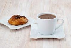 Heißes chocolateand Dänische-Gebäck stockfoto