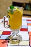Heißes Cocktail Ingwertee in einer Glasschale auf einer Mosaiktabelle lizenzfreie stockfotografie