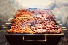 Heißes geschmackvolles Lebensmittel des Fleischgrills stockfotos