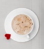 Heißes Getränk des weißen Schalenkaffees und Herzsymbol lieben Valentinstag Stockbilder