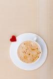 Heißes Getränk des weißen Schalenkaffees und Herzsymbol lieben Valentinstag Stockfoto