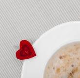 Heißes Getränk des weißen Schalenkaffees und Herzsymbol lieben Valentinstag Stockbild