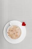 Heißes Getränk des weißen Schalenkaffees und Herzsymbol lieben Valentinstag Lizenzfreie Stockbilder
